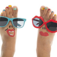 photo of feet wearing sunglasses and lipstick on hrexaminer.com